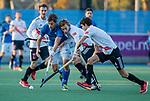 UTRECHT - Bjorn Kellerman (Kampong) met Floris Middendorp (Adam)  tijdens de hoofdklasse hockeywedstrijd mannen, Kampong-Amsterdam (4-3). COPYRIGHT KOEN SUYK