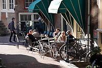 Nederland - Amsterdam -  2019. Terrasje in de binnenstad.  Foto Berlinda van Dam /  Hollandse Hoogte
