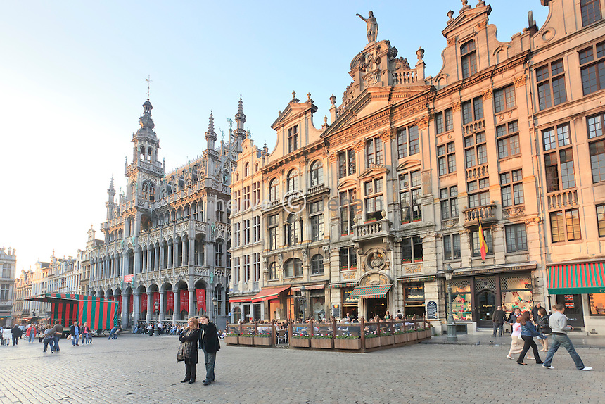 Belgique, Bruxelles, la Grand-Place, Grote Markt en néerlandais, classée au patrimoine mondial de l'UNESCO, les façades nord-est avec de gauche à droite, la Maison du Roi, le Cerf volant, Joseph et Anne, l'Ange, la Chaloupe d'or, le Pigeon // Belgium, Brussels, the Grand Place, Grote Markt in Dutch, listed as World Heritage by UNESCO, the northeast facades with from left to right, the House of King, the Kite, Joseph and Anne, the Angel, the Golden rowboat, the Pigeon