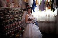 BULGARIA, Breznitsa, April 10, 2011. A Bulgarian muslim bride poses for a picture during her wedding day in the remote village of Breznitsa in the Rhodope mouton region, south of Bulgaria. Bulgarian Muslims, which today are nearly 8% of the country's population and the largest muslim minority community in the European Union, revived their cultural and religious traditions after the fall of communist regime in Bulgaria in 1989. .BULGARIE, Breznitsa, 10 Avril 2011. Une jeune mariée Bulgare de confession musulmane pose pour un portrait le jour de son mariage dans le petit village de Breznitsa dans les montagnes des Rhodopes en Bulgarie. La minorité musulmane qui représente aujourd'hui près de 8% de la population totale du pays et qui est la plus large majorité musulmane dans les pays de l'Union Européenne a ravive ses traditions culturelles et religieuse après la chute du régime communiste Bulgare en 1989.