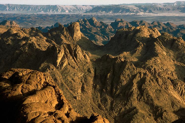 Lever de soleil au Mont Sina&iuml; .<br /> Le Mont Sina&iuml; est une montagne d egypte situee dans le Sina&iuml; et culminant a 2&nbsp;285&nbsp;metres d'altitude.<br /> Dans la tradition biblique il est  le lieu ou Mo&iuml;se rencontra Dieu pour la premi&egrave;re fois au buisson ardent et re&ccedil;ut les Dix Commandements.