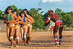 &Iacute;ndio Mataratsi Kalapalo fotografando a dan&ccedil;a do Ritual Kuarup na Aldeia Aiha no Parque Ind&iacute;gena do Xingu | Indian Mataratsi Kalapalo photographing dance of the Kuarup Ritual at Aiha Village in the Xingu Indigenous Park<br /> <br /> LOCAL: Quer&ecirc;ncia, Mato Grosso, Brasil <br /> DATE: 07/2009 <br /> &copy;Pal&ecirc; Zuppani