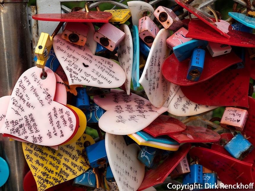 Liebesschl&ouml;sser im Yongdusan Park, Busan, Gyeongsangnam-do, S&uuml;dkorea, Asien<br /> love padlocks  in Yongdusan park, Busan,  province Gyeongsangnam-do, South Korea, Asia