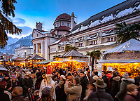 ITA, Italien, Sued-Tirol (Alto Adige), Meran: Weihnachtsmarkt auf der Passerpromenade vor dem Kurhaus (Jugenstil), St. Nikolaus in der Menschenmenge | ITA, Italy, Alto Adige (South Tyrol), Merano: christmas market at Passer Promenade in front of Spa Building (Art Nouveau), Santa Claus within the crowd