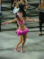 RIO DE JANEIRO, RJ, 05 FEVEREIRO DE 2012 - CARNAVAL 2012 RJ - ENSAIO ESTACAO PRIMEIRA DE MANGUEIRA - A rainha de bateria Renata Santos da escola de samba, Estacao Primeira de Mangueira, na noite de ontem domingo, 05 na Marques de Sapucai, no Rio de Janeiro. (FOTO: RONALDO BRANDAO - NEWS FREE).