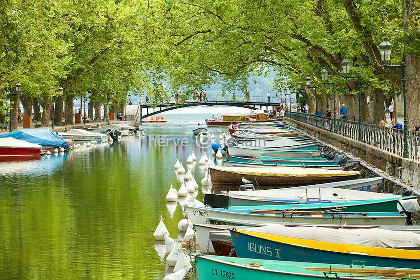 France, Haute-Savoie (74), Anneçy, barques sur le canal du Vassé et au fond le Pont des Amours // France, Haute-Savoie, Anneçy, boats on the Canal du Vasse and off the Bridge des Amours