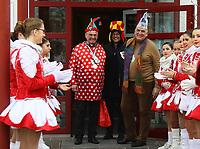 Büttelborn 03.03.2019: Rosensonntagsumzug<br /> Bürgermeister Denis Riedinger aus Hoerdt (M.) mit Bürgermeister Andreas Rotzinger beim Rathaussturm<br /> Foto: Vollformat/Marc Schüler, Schäfergasse 5, 65428 R'eim, Fon 0151/11654988, Bankverbindung KSKGG BLZ. 50852553 , KTO. 16003352. Alle Honorare zzgl. 7% MwSt.