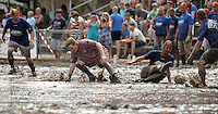 5. Matschfussball-Meisterschaft in Woellnau. Auf zwei gefluteten Aeckern wird alljaehrlich in Wöllnau (Woellnau) bei Eilenburg der Deutsche Matschfussball-Meister gesucht. Waehrend bei den Herren zehn Teams um die Schale kaempften, stritten bei den Damen vier Teams um die Ballnixe.  Ein feutfroehliches und dreckiges Spektakel, dass gut 1000 Besucher in die Duebener Heide gelockt hat. Am Ende durften bei den Herren das City Bootcamp jubeln. Sie verteidigten den Pott, bezwangen im Finale Battaune mit 3:2. Bei den Damen siegten die Volleyballerinnen aus Priestäblich (Priestaeblich).  im Bild:  Nass von Oben und Dreck von Unten: FC Union Gniebitz (rosa) gegen die Wild Lions. Die   Foto: Alexander Bley