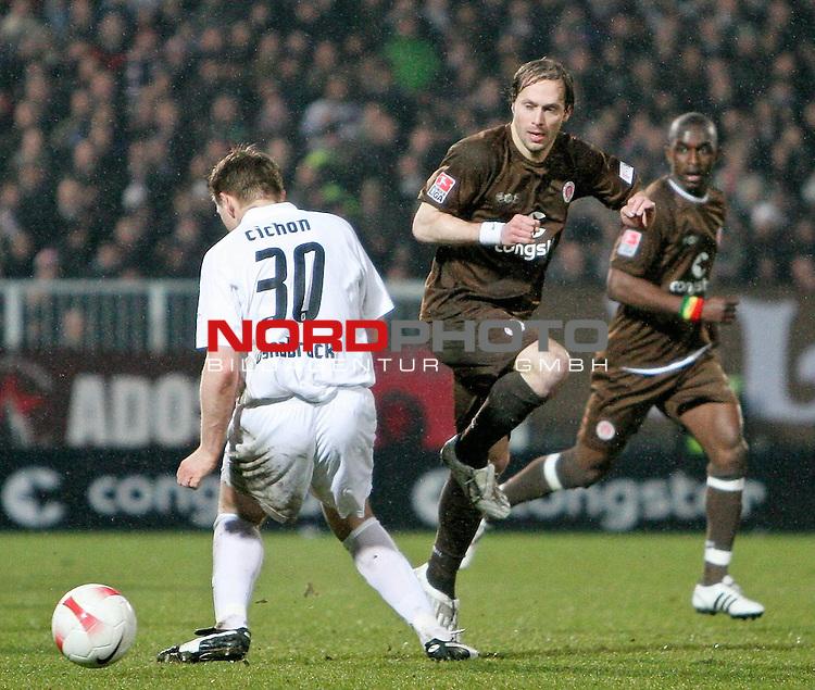 2.Liga FBL 2007/2008  25. Spieltag Rueckrunde<br /> FC St.Pauli &ndash; vs. VFL Osnabrueck<br /> <br /> Filip Trojan (St.Pauli, Nr. 6) tunnelt den Pechvogel des Abends Thomas Cichon (links, Nr. 30). Hintergrund Takyi (Nr.13).<br /> <br /> <br /> Foto &copy; nph (nordphoto)<br /> <br /> *** Local Caption ***
