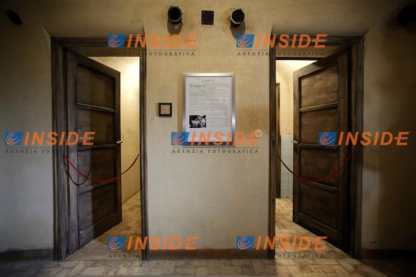 i bagni<br /> Roma 24-03-2016 Da sabato apre, dopo 70 anni di abbandono, il bunker reale, appartenente alla famiglia Savoia. Il bunker fu realizzato presumibilmente intorno al 1940-42, ad una distanza di circa 350m dalla palazzina reale, dentro Villa Ada. L'entrata del bunker, che si trova al livello stradale, permetteva l'entrata delle automobili. La struttura, situata a 200m di profondit&agrave;', ha una struttura circolare. Il bunker aveva un sistema di riciclo e deputazione dell'aria, che permetteva un totale isolamento anche in assenza di energia elettrica. Il sistema di filtraggio veniva azionato tramite energia cinetica, pendolando su una sorta di bicicletta. Completano il rifugio, due bagni, un'anticamera e 2 ambienti di servizio. Il bunker era dotato di una via di fuga secondaria, con l'accesso da una bellissima scala a chiocciola.<br /> Rome 24th March 2016. Opening after 70 years of the Royal bunker, belonged to the Savoy family. The bunker was built between 1940 and 1942 and was 250m far from the Royal House, inside Villa Ada park. The entry of the bunker was made to allow cars entrance. The structure was built 200m deep, inside a hill. The bunker, composed of various rooms, had a complicated system  of aeration, with filters to depurate air, even in lack of electricity. People had to ride on a bicycle to produce kinetic energy. The entrance door, a security and antigas door, has a weight of 5.300 lbs.<br /> Photo Samantha Zucchi Insidefoto