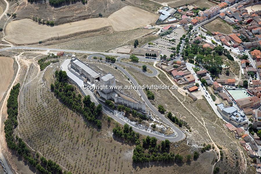 Segovia: SPANIEN, KASTILIEN LEON, SEGOVIA, 20.08.2011:Die Burg Peñafiel ist eine Burg aus dem 11. Jahrhundert und liegt auf einem Bergrücken in der spanischen Gemeinde Peñafiel (Provinz Valladolid) über dem Tal des Río Duratón, der etwa zwei Kilometer weiter nördlich in den Río Duero einmündet, der seinerseits über Jahrhunderte die Grenze zwischen dem muslimisch besetzten Süden und dem christlichen Norden der Iberischen Halbinsel bildete. Peñafiel war etwa ein Jahrhundert lang bis zur Eroberung Toledos im Jahr 1085 durch Alfons VI. und noch etliche Jahre darüber hinaus die einzige große Festungsanlage der Christen südlich des Duero.