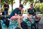 im Bild: Rund um das Wohninvest Weserstadion haben sich Fans versammelt um dem Spielgeschehen per Lautsprecher / Laptop oder auf dem Handy zu verfolgen, <br /><br /><br />Sport: nphgm001: Fussball: 1. Bundesliga: Saison 19/20: 34. Spieltag: SV Werder Bremen vs 1.FC Koeln 27.06.2020 <br /><br />Foto: Rauch/gumzmedia/nordphoto<br /><br />EDITORIAL USE ONLY