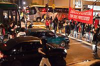 SAO PAULO, SP , 19.09.2013, MANIFESTACAO CONTRA REPRESSAO DA POLICIA MILITAR - Grupo de manifestantes saem em caminhada da frente do Teatro Municipal, na região central da capital paulista, nesta quinta-feira (19). O grupo protesta contra a repressão sofrida pelos manifestantes, pela ação da Polícia Militar nesta quinta-feira, 19.(Foto: Warley Leite / Brazil Photo Press).