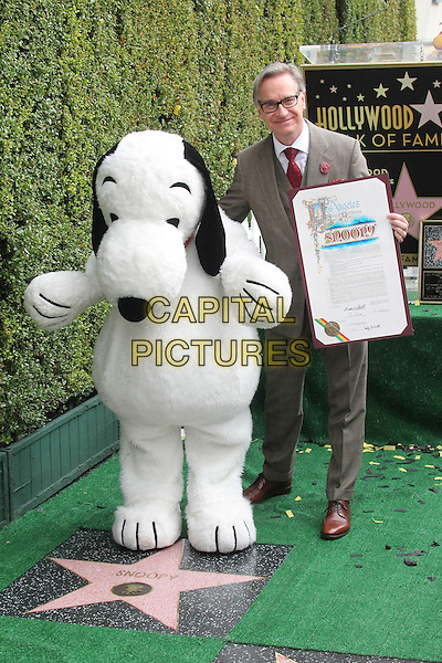 HOLLYWOOD, CA - NOVEMBER 2: Snoopy, Paul Feig at the Snoopy Star on the Hollywood Walk of Fame ceremony in Hollywood, California on November 2, 2015. <br /> CAP/MPI//DE<br /> &copy;DE/MPI/Capital Pictures