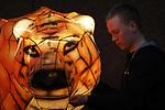 Foto: VidiPhoto<br />  <br /> ARNHEM &ndash; Speciaal ingehuurde lichtspecialisten leggen maandagavond de laatste hand aan Burgers&rsquo; Light, een spectaculaire lichtshow in Burgers&rsquo; Zoo. Honderden lichtfiguren zijn inmiddels ge&iuml;nstalleerd in de Arnhemse dierentuin. Burgers&rsquo; Light gaat dit weekend van start en is tot 4 maart te zien. Het dierenpark is voor die gelegenheid geopend tot 21.00 uur &rsquo;s avonds. Het succesvolle lichtspektakel trekt ieder jaar tienduizenden bezoekers uit Nederland en Duitsland. De verlichte dieren staan langs een speciale routen door het hele park, zowel binnen als buiten.