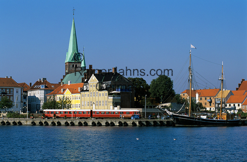 Denmark, Zealand, Helsingor also known as Elsinore: View over the old town with Sankt Olaf church and harbour   Daenemark, Insel Seeland, Helsingoer: Altstadt mit Sankt Olaf Domkirche zu Helsingoer und Hafen