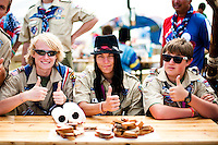 American scouts gives their thumbs up for the photographer at the cultural festival day in Winter. Photo: Audun Ingebrigtsen / Scouterna
