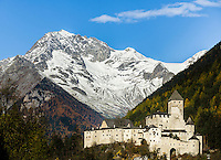 Italy, South Tyrol (Trentino-Alto Adige), Campo Tures at Valli di Tures e Aurina with Taufers Castle (Castello di Tures) and Zillertal Alps | Italien, Suedtirol (Trentino-Alto Adige), Sand in Taufers im Tauferer Ahrntal mit Burg Taufers vor dem Hauptkamm der Zillertaler Alpen