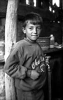 Kosovo Novembre 2000.?akovica (in serbo, in albanese Gjakovë).Un bambino di etnia rom  all'interno della sua abitazione.