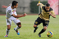 ITAGÜÍ -COLOMBIA-12-03-2014. Cleider Alzate (Der) jugador de Itaguí disputa el balón con Camilo Ayala (Izq) jugador de Alianza Petrolera en partido por la fecha 10 de la Liga Postobon I 2014 jugado en el estadio Metropolitano de Itaguí./ Cleider Alzate (R)player of Itagui figths the ball with Camilo Ayala (L) player of Alianza Petrolera during match valid for the 10th date of the Postobon League I 2014 played at Metropolitano stadium in Itaguí city.  Photo:VizzorImage/Luis Ríos/STR