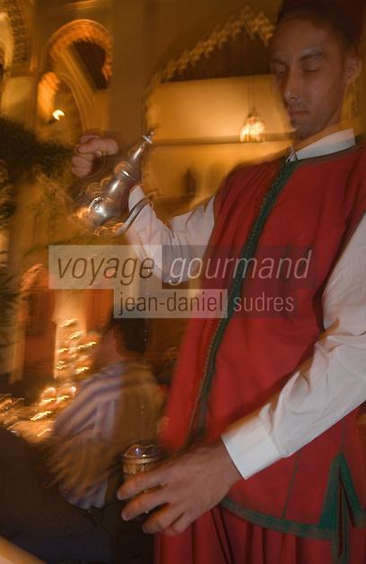 Afrique/Afrique du Nord/Maroc/Rabat: Dinarjat restaurant situé dans un ancien palais andalou-service du thé à la menthe