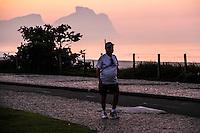 RIO DE JANEIRO; RJ; 12 DE JUNHO 2013-  A quarta-feira amanheceu com algumas nuvens mas com promessa de tempo bom e céu aberto na cidade do Rio de Janeiro. Desde cedo os cariocas aproveitaram a orla da praia do Recreio para começar o dia fazendo exercícios. FOTO: NÉSTOR J. BEREMBLUM - BRAZIL PHOTO PRESS.