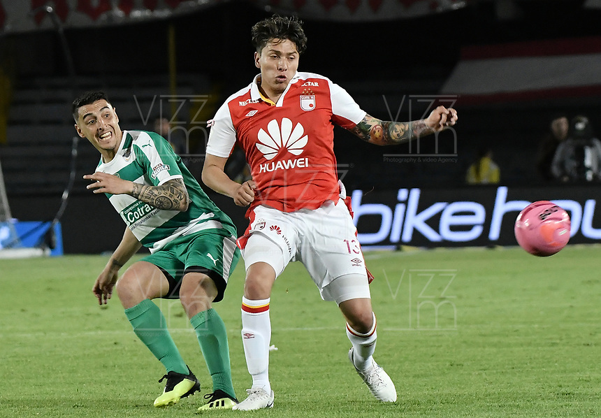 BOGOTÁ - COLOMBIA, 20-10-2018: Sebastian Salazar (Der.) jugador de Santa Fe disputa el balón con Mariano Vasquez (Izq.) jugador de Equidad durante el encuentro entre Independiente Santa Fe y La Equidad por la fecha 16 de la Liga Águila II 2018 jugado en el estadio Nemesio Camacho El Campin de la ciudad de Bogotá. / Sebastian Salazar (R) player of Santa Fe struggles for the ball with Mariano Vasquez (L) player of Equidad during match between Independiente Santa Fe and La Equidad for the date 16 of the Aguila League II 2018 played at the Nemesio Camacho El Campin Stadium in Bogota city. Photo: VizzorImage / Gabriel Aponte / Staff