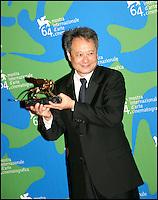 """Le realisateur Ang Lee, Lion d'Or pour son film """"Lust, caution"""", sur le tapis rouge pour la cloture du Festival de Venise 2007"""