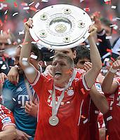 Fussball 1. Bundesliga   Saison  2012/2013   34. Spieltag   FC Bayern Muenchen  - FC Augsburg     11.05.2013 JUBEL; Deutscher Meister 2012/2013 FC Bayern Muenchen Bastian Schweinsteiger mit Schale