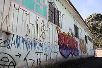 SAO PAULO, SP - 15.02.2017 - PICHA&Ccedil;&Atilde;O-SP - Vista de muros e resid&ecirc;ncias atingidas pela polui&ccedil;&atilde;o visual causada por pichadores nas ruas do bairro do Socorro, zona sul de S&atilde;o Paulo na manh&atilde; desta quarta-feira (15). A C&acirc;mara Municipal da cidade aprovou na noite de ter&ccedil;a-feira (14) uma lei que prev&ecirc; a puni&ccedil;&atilde;o atrav&eacute;s de multa para pichadores.<br /> <br /> <br /> (Foto: Fabricio Bomjardim / Brazil Photo Press)