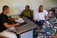 """MADAGASCAR, Mananjary,  / MADAGASKAR, Mananjary, Fr. BENOIT URAN WUWUR SVD<br /> Steyler-Misisonar und Leiter der Kommission """"Justice et Paix"""" (Justice and Peace) in der Diözese Mananjary, auf Polizeistation im Gespräch mit BRIGADEKOMMANDANT LENTIER<br /> leitet die Gendarmerie Nationale in Mananjary"""