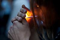 SAO PAULO, 19 DE MAIO DE 2012 - MARCHA DA MACONHA SP - Manifestantes durante ato Marcha da Maconha, que visa outra politica de drogas, Na rua augusta, na tarde deste sabado. Na foto manifestante manipula cigarro de maconha durante o ato. FOTO VAGNER CAMPOS - BRAZIL PHOTO PRESS