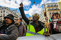 Manifestazione per il clima Manifestazione di solidarietà sans papier insieme alla manifestazione per il clima, ragazza di colore con gilet giallo grida