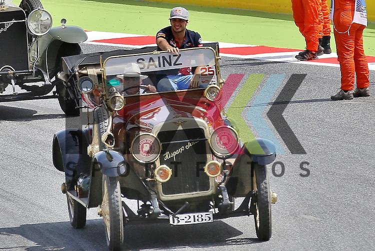Barcelona, 10.05.15, Motorsport, Formel 1 GP Spanien 2015, Fahrerparade : Carlos Sainz (Toro Rosso STR10, #55)<br /> <br /> Foto &copy; P-I-X.org *** Foto ist honorarpflichtig! *** Auf Anfrage in hoeherer Qualitaet/Aufloesung. Belegexemplar erbeten. Veroeffentlichung ausschliesslich fuer journalistisch-publizistische Zwecke. For editorial use only.