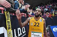 Basketball  1. Bundesliga  2016/2017  Hauptrunde  14. Spieltag  16.12.2016 Walter Tigers Tuebingen - Alba Berlin Stanton Kidd (re, Tigers) klatschtdie Tigers Fans nach dem Spiel ab.