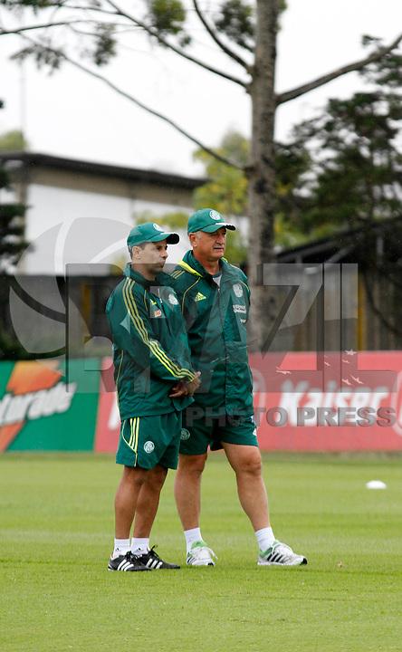 O ex jogador Eukller,(e) o tecnico Luiz Feipe Scolare durante treino do Palmeiras no CT da Barra Funda,na zona oeste de Sao Paulo, na manha desta terça-feira 10.FOTO ALE VIANNA - NEWS FREE.
