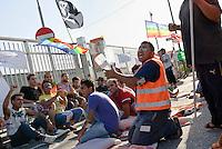 I facchini delle cooperative che lavorano in appalto per la TNT in sciopero contro il lavoro nero. Piacenza, 18 luglio 2011<br /> <br /> The porters of the cooperatives that contract work from TNT in  strike against the undeclared work. Piacenza, July 18, 2011