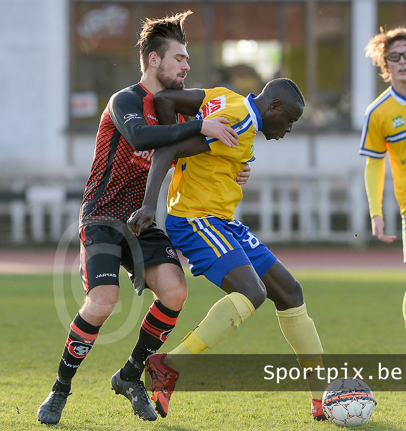 KFC Izegem - Sportkring Sint - Niklaas : duel tussen Michel Sambou en Daymon Billiet (links) <br /> Foto David Catry | VDB | Bart Vandenbroucke