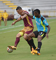 IBAGUE -COLOMBIA-17-ABRIL-2016.Victor Aquino del Tolima disputa el balón  contra  Flavio Córdoba de  La Equidad  durante partido por la fecha 13 de Liga Águila I 2016 jugado en el estadio Manuel Murillo Toro de Ibagué./ Victor Aquino player of Tolima fights the ball    against  Flavio Córdoba  of La Equidad during the match for the date 13 of the Aguila League I 2016 played atManuel Murillo Toro stadium in Ibague. Photo: VizzorImage / Juan Carlos Escobar / Contribuidor