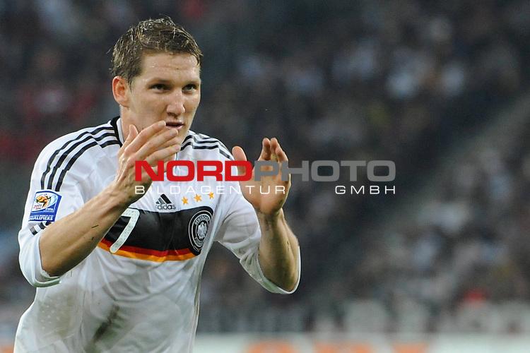 Fussball, L&auml;nderspiel, WM 2010 Qualifikation Gruppe 4 in M&ouml;nchengladbach ( Borussia Park ) <br />  Deutschland (GER) vs. Wales ( GB ) 1:0 ( 0:0 )<br /> <br /> Bastian Schweinsteiger ( Ger /  Bayern Muenchen #7) fordert die Fans auf <br /> <br /> Foto &copy; nph (  nordphoto  )<br />  *** Local Caption ***
