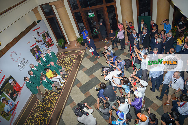 "An overhead view of Takumi KANAYA (JPN) with the ""Green Jackets"" from Augusta after winning the Asia-Pacific Amateur Championship, Sentosa Golf Club, Singapore. 10/7/2018.<br /> Picture: Golffile 