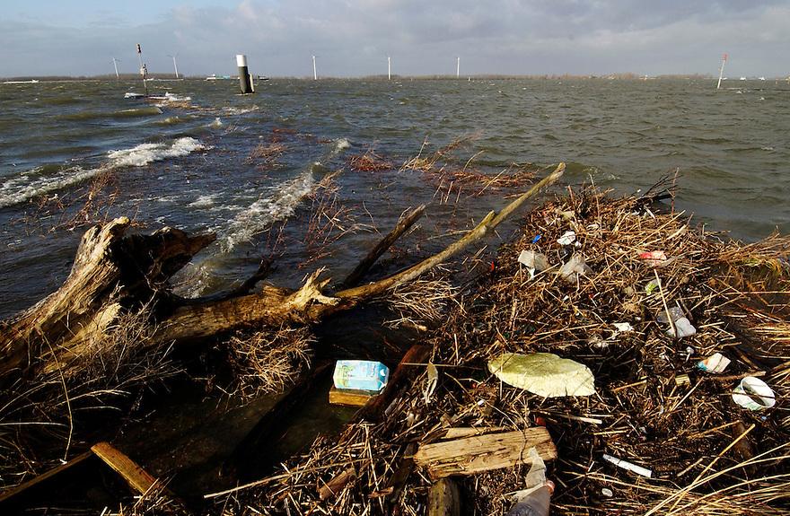 Nederland,  Moerdijk, 21 jan 2005..Oever van het Hollands Diep bij Moerdijk. Een stevig windje blaast mooie golfjes op het water. Afval uit het water is aangespoeld. zwerfvuil. rotzooi.landschap, natuur..Foto (c) Michiel Wijnbergh