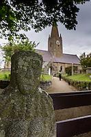 Royaume-Uni, îles Anglo-Normandes, île de Guernesey, Saint-Martin: La Gran'mère du Chimquière est une stèle anthropomorphe en granite située à la porte de l'église paroissiale de Saint-Martin. Elle mesure 1,65 m hors-sol et est enterrée de 0,50 m. Selon la tradition, elle porteraitbonheur et la fertilité aux jeunes mariés// United Kingdom, Channel Islands, Guernsey island, St-Martin: La Gran'mère du Chimquière, the Grandmother of Chimquiere, the statue menhir at the gate of Saint Martin's church is an important prehistoric site in the paris