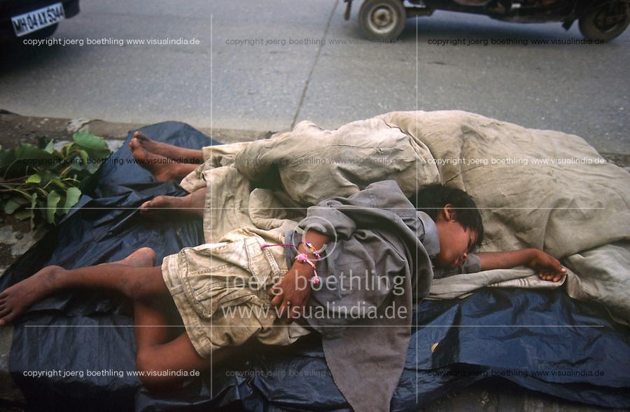 INDIA Mumbai, homeless children sleeping beside road / INDIEN Strassenkinder schlafen an der Strasse