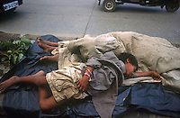 INDIA Mumbai, homeless children sleeping beside road / INDIEN Strassenkinder schlafen an der Strasse