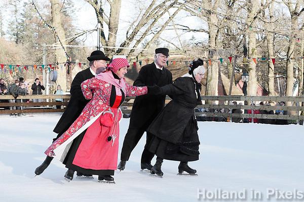 Nederland - Arnhem - 17 december 2017 .  Op 16 en 17 december vond Landleven Winter plaats in het Nederlands Openluchtmuseum. Schoonrijden in klederdracht op de schaatsbaan. Het paar links draagt klederdracht uit Hindeloopen. Foto Berlinda van Dam / Hollandse Hoogte