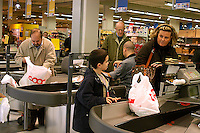 Roma, .Supermercato Coop Laurentino.in fila alle casse per pagare.Rome.Supermarket Coop Laurentino.supermarket cash