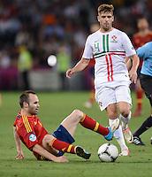 FUSSBALL  EUROPAMEISTERSCHAFT 2012   HALBFINALE Portugal - Spanien                  27.06.2012 Andres Iniesta (li, Spanien) gegen Miguel Veloso (re, Portugal)