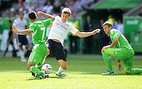 FUSSBALL   1. BUNDESLIGA   SAISON 2011/2012    2. SPIELTAG VfL Wolfsburg - FC Bayern Muenchen      13.08.2011 Toni KROOS (Mitte, Bayern) gegen die Wolfsburger JOSUE (li) und Marco RUSS (re)