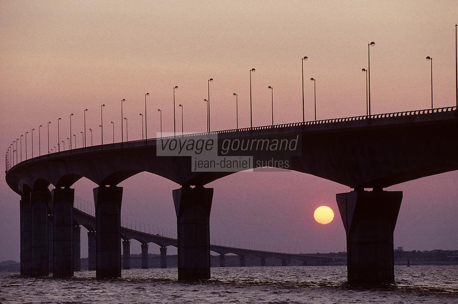 Europe/France/Poitou-Charentes/17/Charente-Maritime/Ile de Ré : Le pont au soleil couchant